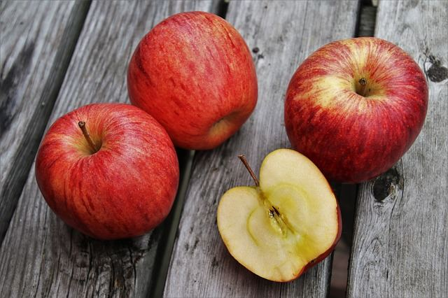 red-apples-wood-table